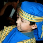 Niño con vestimenta de tiempos bíblicos invita a la iglesia al programa del Día del Niño Adventista.