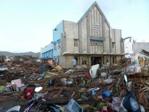 Iglesia Adventista de Tacloban en Filipinas. Todo está destruido alrededor menos el templo.