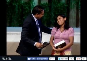 Janeth Copaja Lima, junto al pastor Luís Gonçalves, en la noche de su bautismo.