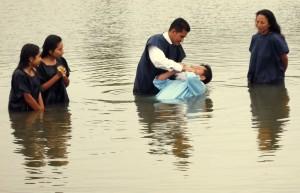 Estudiantes de la biblia de grupos pequeños se bautizan en campamento.