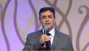 El pastor Erton Köhler, presidente de la Iglesia Adventista presenta el libro del 2014 La Única Esperanza.