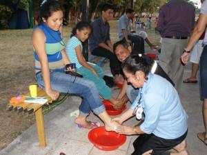 Padres de familia, en el rito de humildad, lavamiento de los pies.
