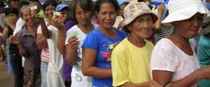 Pobladores hacen fila para recibir donaciones de ADRA.