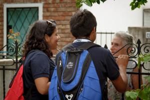 """Jóvenes de """"Un año en Misión"""" realizan visitas a vecinos en Montevideo."""