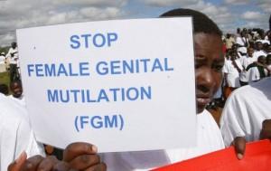 La adolescente Masai sostiene un cartel de protesta durante la marcha contra La Mutilación Genital Femenina (MGF) en Kilgoris, Kenia, el año 2007. Donde al menos 2 millones de niñas, cada año, corren el riesgo de sufrir MGF. El corte, que generalmente se realiza sin anestesia, puede traer consecuencias para la salud de toda la vida. [Foto: AP]