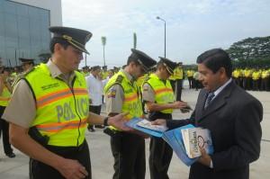 """Todos los miembros de la Policía en Babahoyo recibieron el libro la """"Única Esperanza""""."""