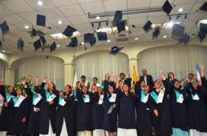 Los alumnos del último año del Colegio Adventistas del Pacífico celebran el título obtenido.