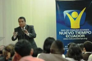 Pastor Remberto Sarzuri compartiendo el mensaje de la importancia de los comunicadores en la misión de la Iglesia.