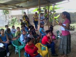 Con atención, los niños participan de las historias bíblicas que les son compartidas.