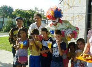 A través de juegos, regalos y actividades infantiles, logran compartir esperanza con vecinos que antes cerraron sus puertas.