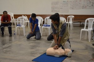 Un voluntario de ADRA Ecuador imparte la capacitación sobre primeros auxilios.
