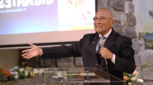 El pastor Roberto Moreno dirige los temas de que se transmiten por TV Nuevo Tiempo que en esta ocasión se realizo desde una iglesia.