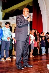 Pastor Leonel Lozano ora por el evento que se realizará mayo en Ambato