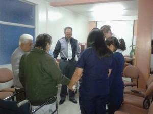 Los grupos pequeños de la clínica conformada por el personal y los pacientes del la clínica adventista se reunieron para orar