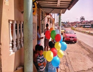 Los niños de la Iglesia Samanes invitan a los otros niños del barrio a conocer la iglesia