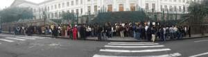 En Quito 250 estudiantes se dieron cita en el Colegio Mejía  momentos previos al examen para orar y cantar