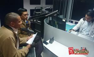 """Samuel Saito y Marco Chile, conduciendo el programa radial """"La Única Esperanza"""""""