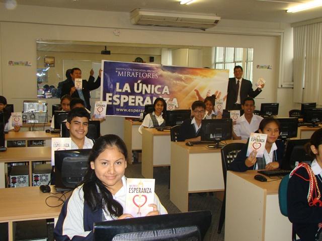 """Escolares distribuyen miles de libros """"La única esperanza""""."""