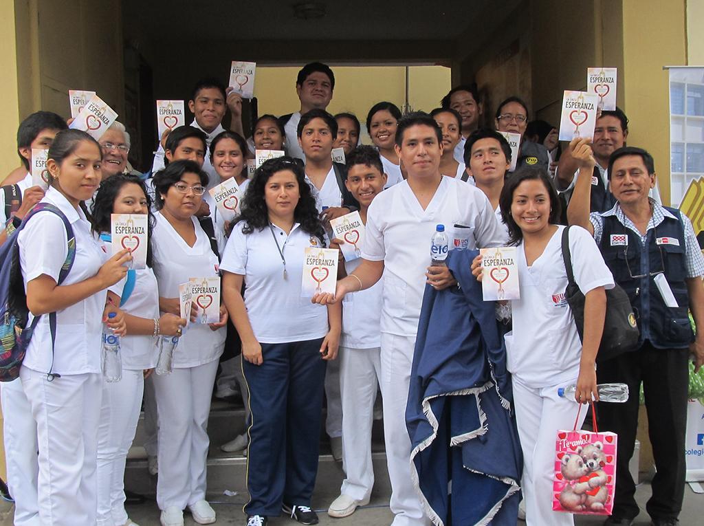 Invitados a la caminata por el día mundial sin tabaco reciben libro La Unica Esperanza