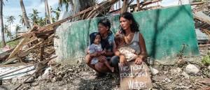 """Traducción de la frase del cartel: """"Necesitamos comida y agua""""."""