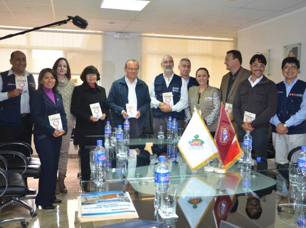 Viceministro de Salud en Perú visita Universidad Adventista y recibe La Única Esperanza