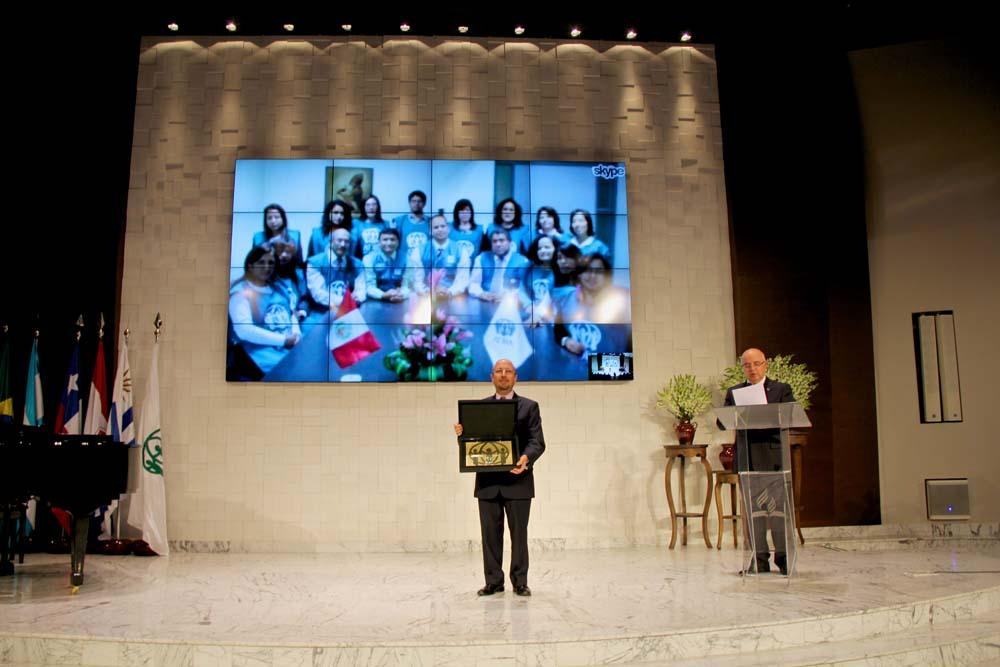 Durante la participación por Internet, colaboradores de diversos países fueron homenageados por los servicios prestados a la Agencia.
