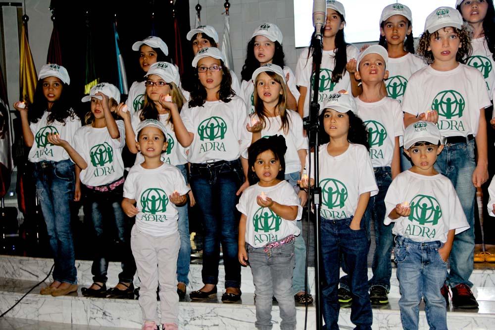 Coro infantil de la Iglesia Adventista central de Brasilia vistió la camiseta da ADRA para celebrar los 30 años de la Agencia.
