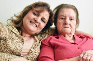 Márcia  junto a su madre, Angelina Sicília. Los papeles están invertidos en el  cuidado de madre a hija (foto: Nelton Silveira)