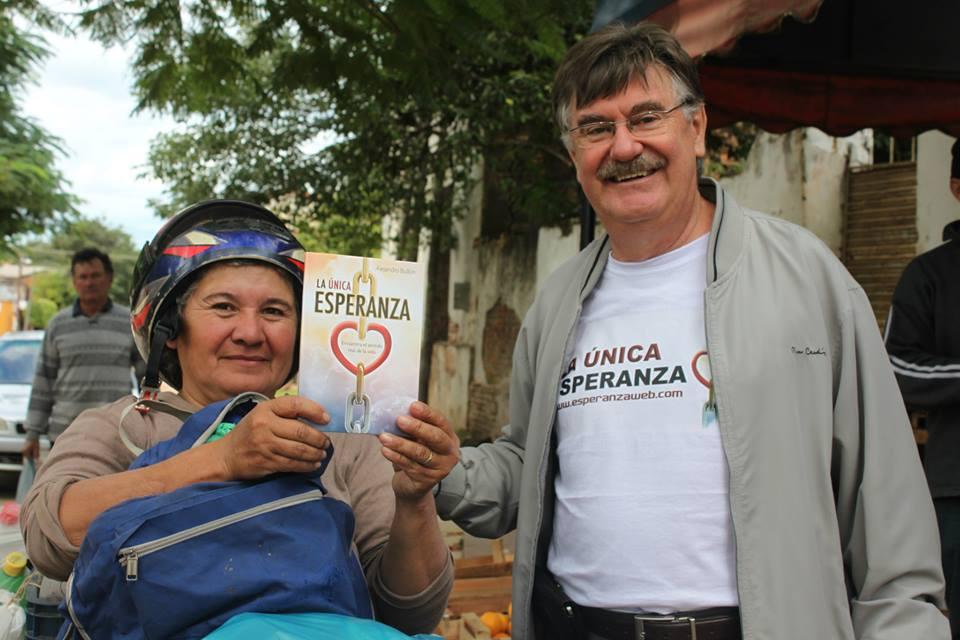 Liderados por el pastor Ignácio Kalbermatter, los paraguayos salieron a entregar el libro La Única Esperanza.