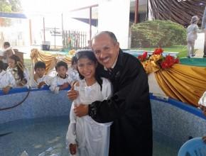 Alumna de colegio adventista, luego de participar en la ceremonia bautismal.