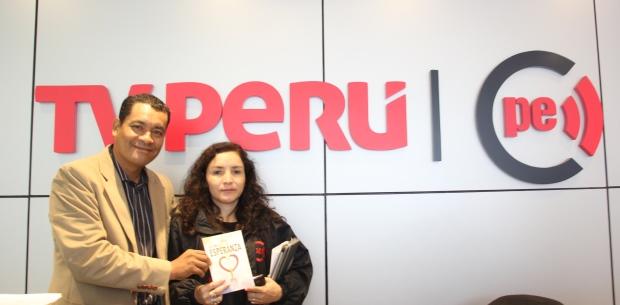 Rocío Roncal, periodista en TV Perú fue visitada en el canal y recibió su libro misionero.