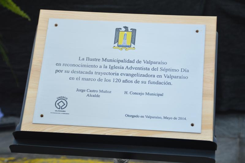 Placa recordatoria  de la Municipalidad de Valparaíso a la Iglesia Adventista por sus 120 años de aniversario en el país.