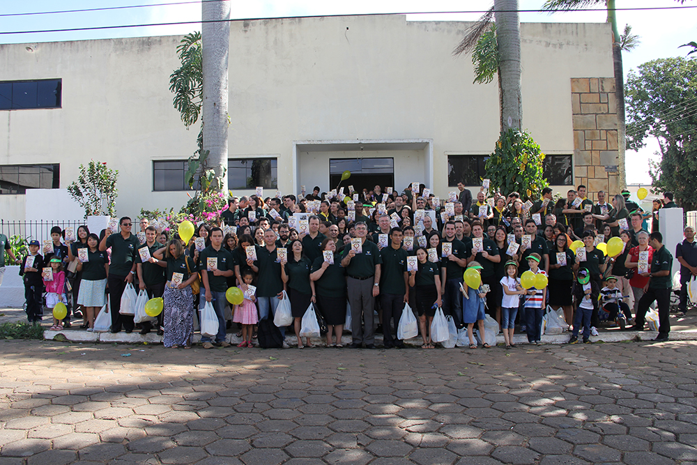 El personal de la sede Adventista de América del Sur y de los miembros de la iglesia en Crystalline salieron a las calles para distribuir el libro La Única Esperanza.