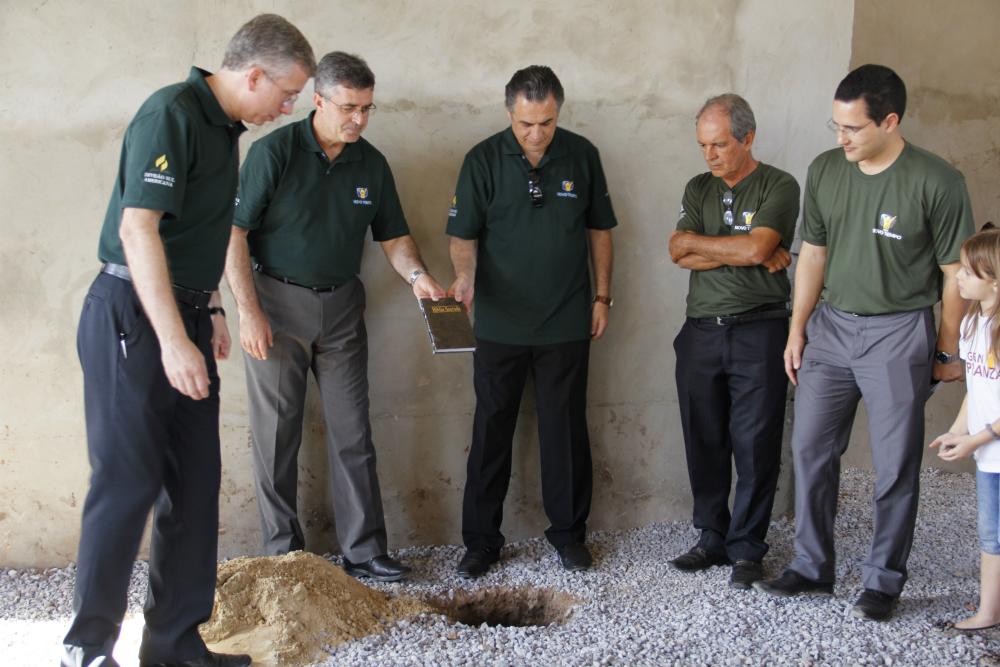Líderes lanzan la piedra angular del nuevo templo que se abrirá en la ciudad en noviembre.