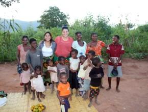Evany junto a un grupo de niños de Mozambique.