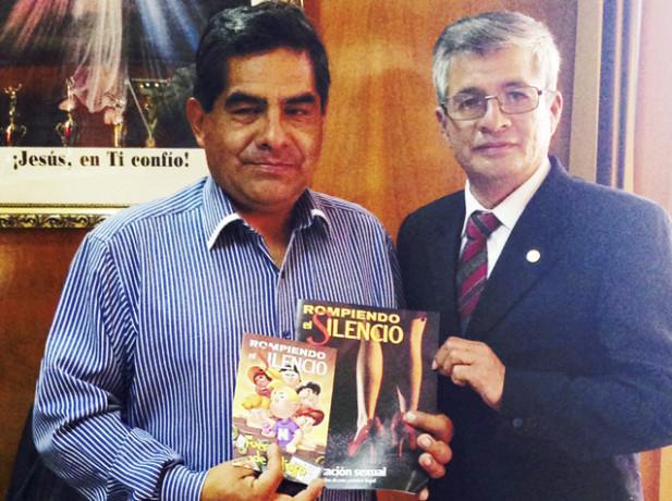 """Pr. Julio Medina, presidente de la MAC, entrega revista """"Rompiendo el Silencio"""" al Lic. Dumas, alcalde provincial de Huancayo."""