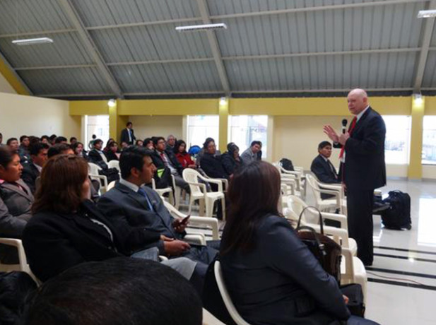 Pr. Carlos Hein felicitó el trabajo de líderes y pastores en el sur peruano.