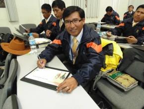 Cada participante recibió un certificado y firmó un compromiso.