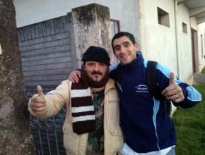 Claudio del lado izquierdo junto a Fernando, el colportor.