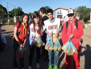 La población agradeció la labor de los jóvenes que hasta frutas repartieron.