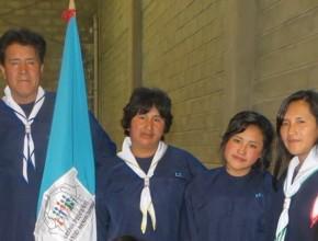Juan Luna junto a su familia momentos antes del bautismo, portando la bandera de los Grupos Pequeños.