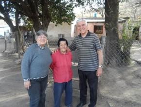 Elia Sosa, junto a su amiga y el pastor José Plasencia.