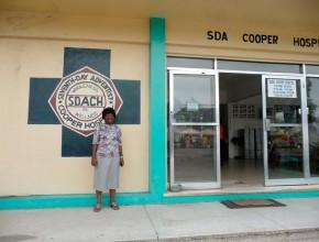 O Hospital Adventista Cooper está localizado na cidade de Monróvia, Libéria. Mais organizações da Igreja Adventista estão formando parcerias para enviar suprimentos necessários para os administradores e empregados da região, que enfrenta um enorme surto de ebola.