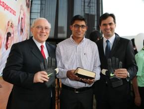 En la foto, de izquierda a derecha, el pastor Bruno Raso, Roberto Saldaña y el pastor Edward Heidinger, líder de la Iglesia Adventista para el norte del Perú.