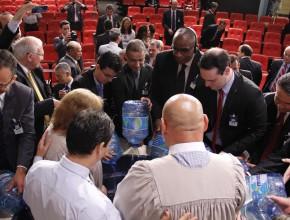 Gerentes de todas as áreas das instituições ajudaram simbolicamente no batismo.