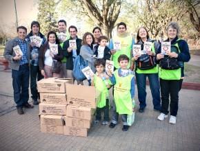Parte de los trabajadores de la Casa Editora junto a sus familia. En sus manos el libro misionero La Única Esperanza. (Crédito de foto: Lisandro Batistutti, ACES)