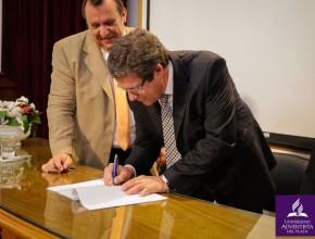 """Firma de la declaración que posiciona a la mencionada casa de altos estudios como la primera """"Universidad Saludable""""."""