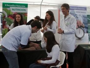 Voluntarios que orientaron al público en el uso de los ocho remedios naturales, en Uruguay.