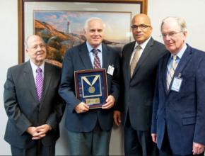 Desde la izquierda: El doctor Peter Landless, Duane McBride, Delbert Baker, vicepresidente de la Iglesia Adventista mundial; y Niels-Erik Andreasen, rector de la Universidad Andrews.