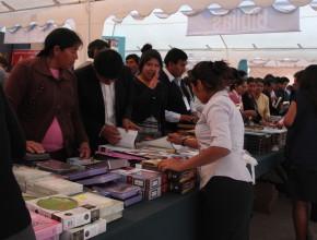 Mega feria de libros siendo realizada en la Universidad